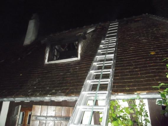 Beaumont-le-Roger (Eure) : le feu couvait sous la toiture de la longère