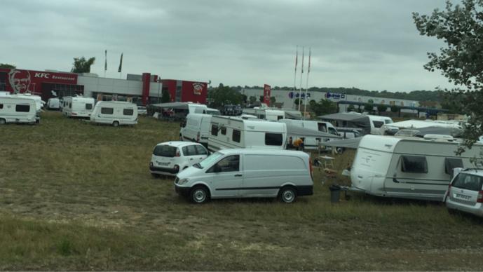185 caravanes des gens du voyage s'installent sur la zone commerciale de Flins-sur-Seine