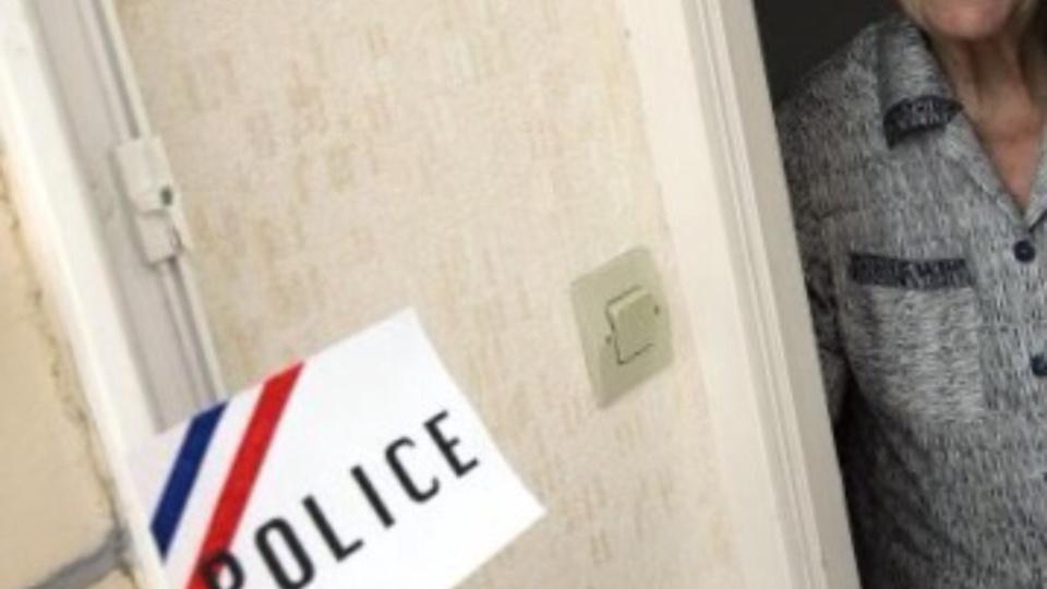 Les services de police conseillent vivement aux personnes âgées de ne pas ouvrir leur porte à des inconnus quelque soit la raison invoquée (illustration)