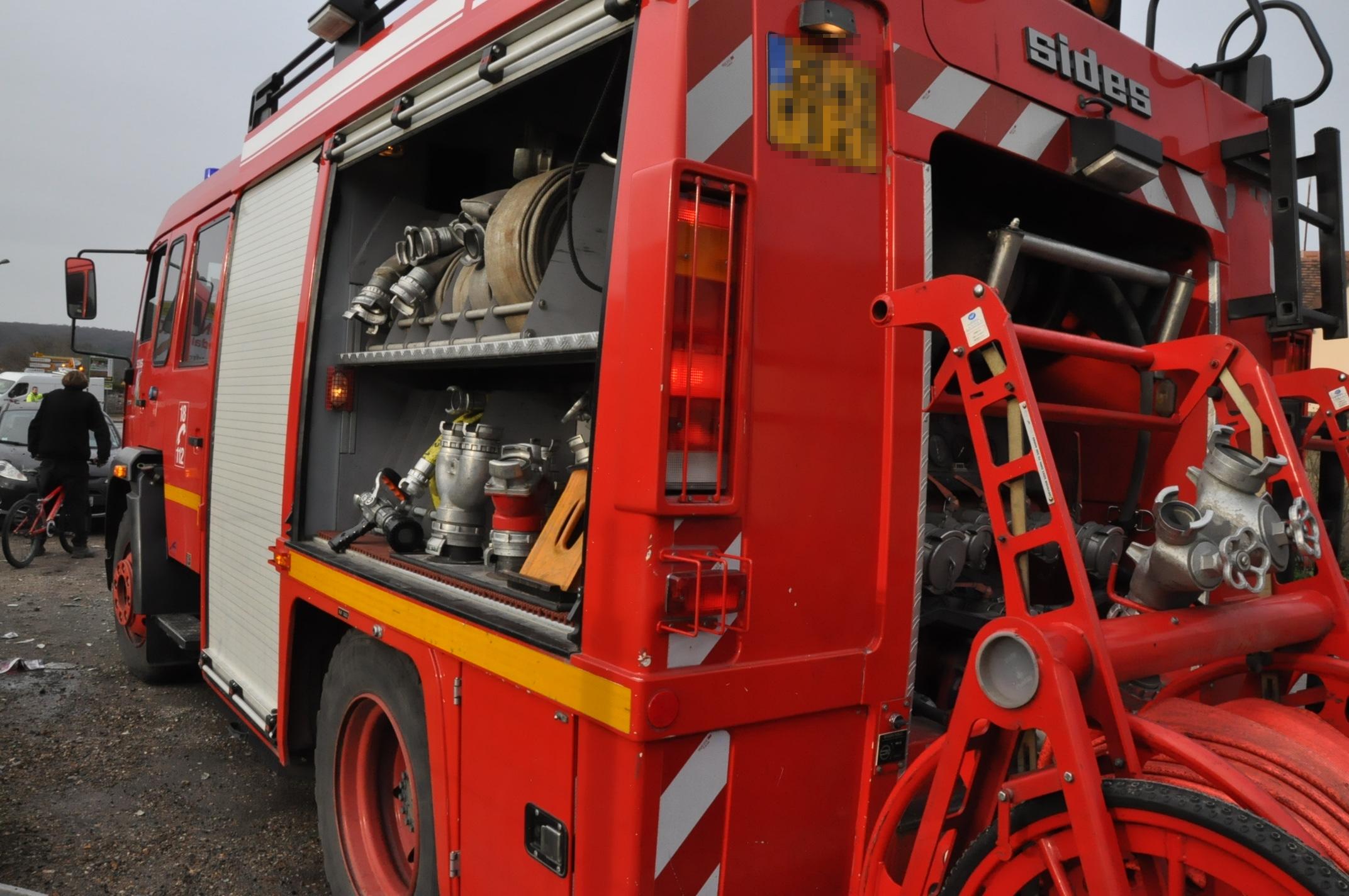 Quatre engins et 18 sapeurs-pompiers sont intervenus sur ce feu de remorque (Illustration@infonormandie)
