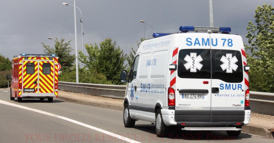 Blessé, le motard a été pris en charge par le SAMU et transporté à l'hôpital par les pompiers (Illustration)