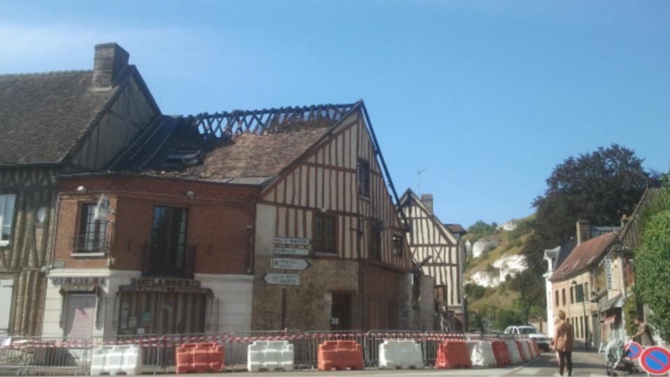 La toiture de la boulangerie a été partiellement détruite (Photo@BL/infonormandie)
