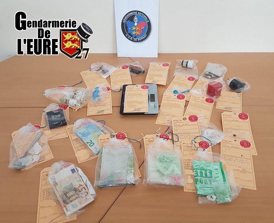 Des stupéfiants et des numéraires ont été saisis lors des perquisitions aux domiciles des suspects (Photo@gendarmerie/Facebook)