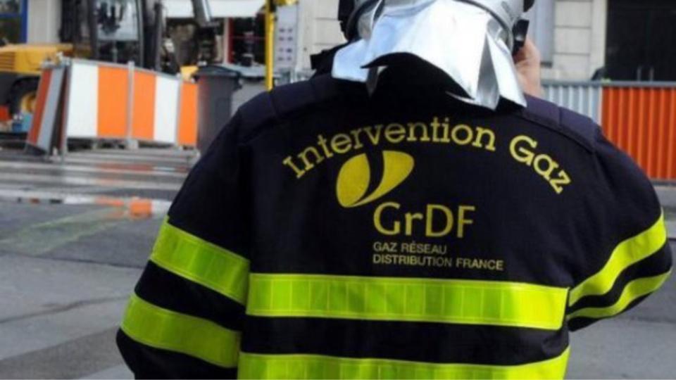 Les agents de GrDF procèdent en ce moment à la remise en état de la canalisation endommagée (Illustration)