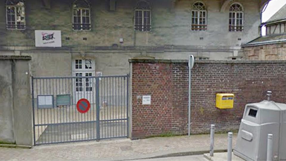 Le cambrioleur s'est introduit dans les locaux en brisant la vitre d'une fenêtre (illustration@Google Maps)