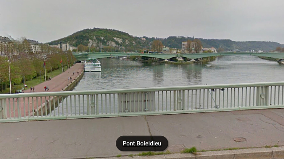 L'octogénaire a été secouru par les plongeurs des sapeurs pompiers entre le pont Boieldieu et le pont Corneille  (illustration@Google Maps)
