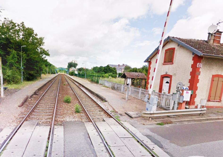 Le bloc de béton a été déposé sur les voies à proximité du passage à niveau 41 (illustration@Google Maps)