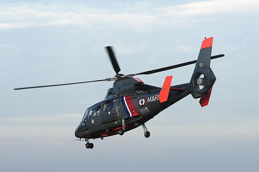 L'hélicoptère de la Marine nationale, basé au Touquet, a hélitreuillé à son bord le pêcheur à pied (Illustration@Marine nationale)