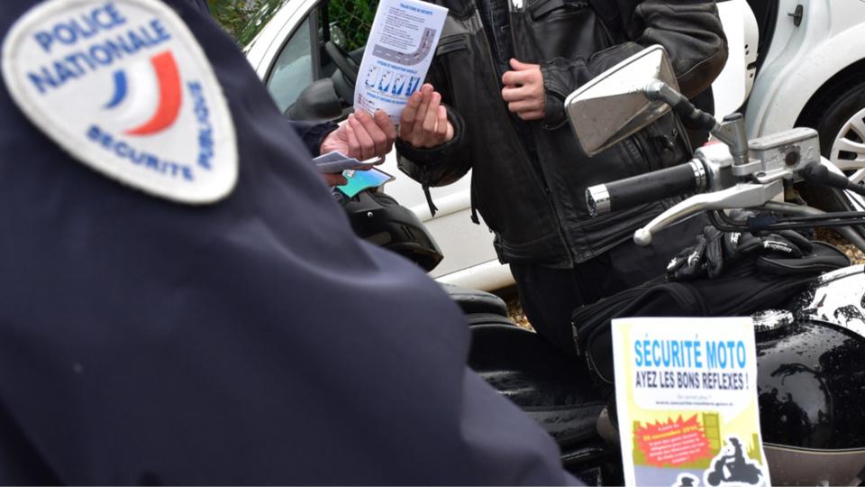 Les policiers sont venus à la rencontre des lycéens au Mesnil-Esnard, près de Rouen, pour les sensibiliser au port de gants a cyclomoteur (Photo@DDSP)