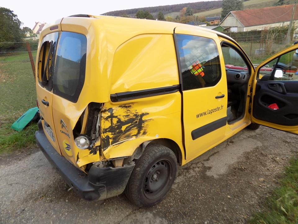 La camionnette de La Poste a été percutée à l'arrière par le train qui circulait à faible allure (Photo@DR)