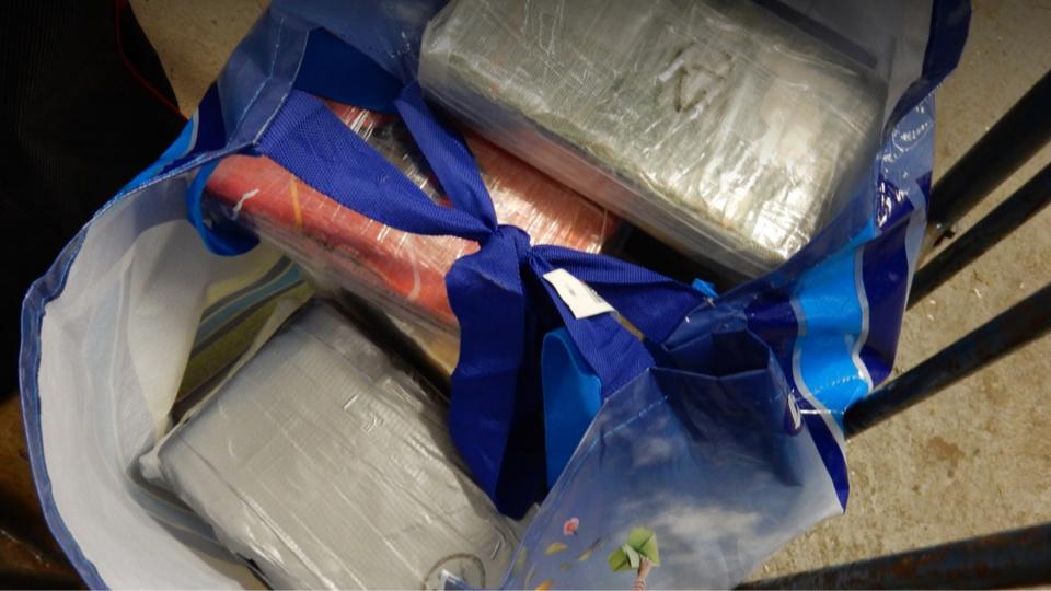 Les pains de cocaïne étaient dissimulés dans des sacs cachés sous la couchette du chauffeur routier (Photo@Douane française)