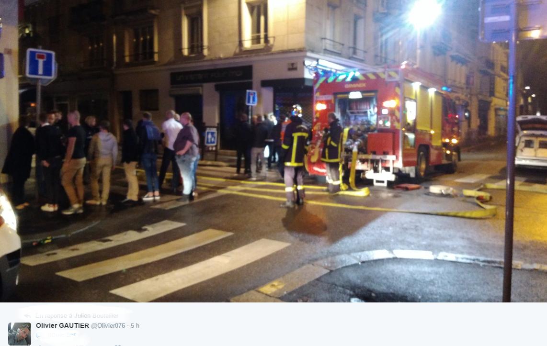 Les clients et le personnel de La Luna avaient évacué l'établissement avant l'arrivée des pompiers (Photo@Olivier Gautier/Twitter)