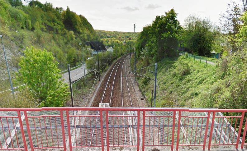 L'octogénaire est-il tombé accidentellement du pont qui enjambe la voie ferrée dans le secteur de l'ancienne gare de Darnétal ? (Illustration@Google Maps)