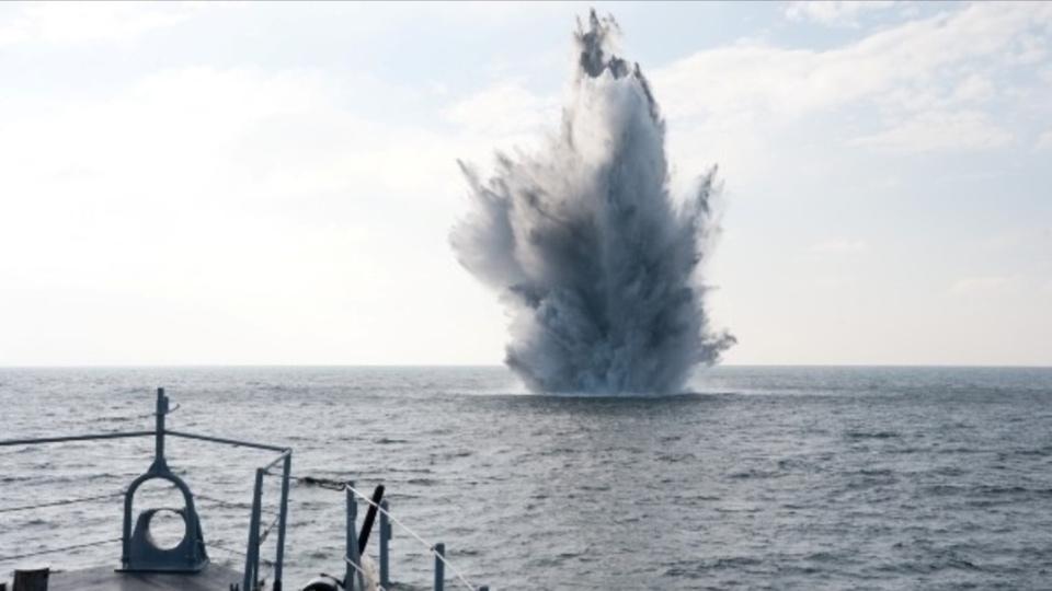 Un périmètre de 400 mètres environ sera mis en place en bordure de la plage, afin de permettre aux démineurs de neutraliser en toute sécurité pour les riverains le bloc de béton contenant des explosifs (Illustration@Marine nationale)