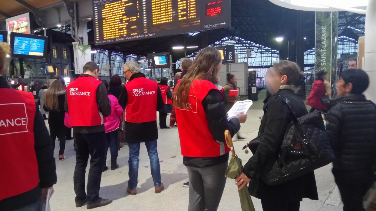 Les gilets rouges ont été déployés à la gare Saint-Lazare pour informer les usagers (Photo@PaulineStivala/Twitter)