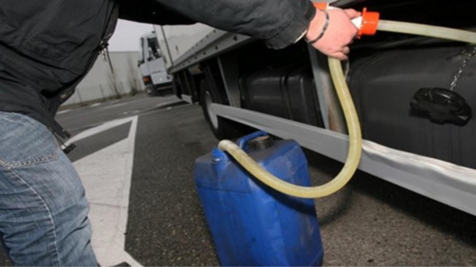 Les voleurs avaient déjà siphonné les réservoirs de six camions (Illustration)