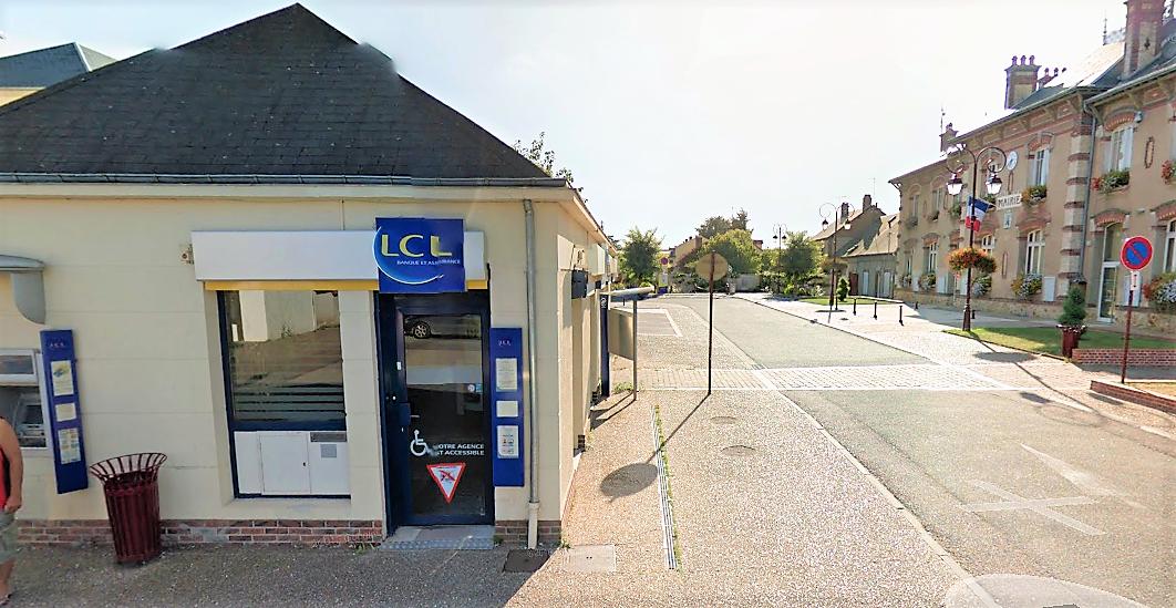 Les malfaiteurs ont défoncé la porte vitrée de l'agence du Crédit Lyonnais située tout à côté de la mairie (à droite) (Illustration©Google Maps)