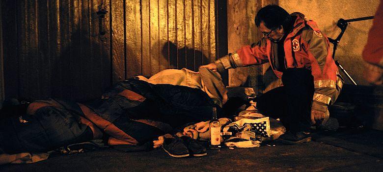 Des maraudes sont organisées quasiment chaque nuit pour venir en aide aux sans abri (Illustration©Croix-Rouge)