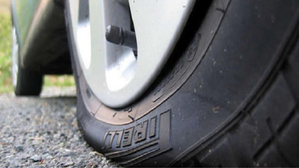 Les pneus d'une dizaine de véhicules ont été crevés (illustration)