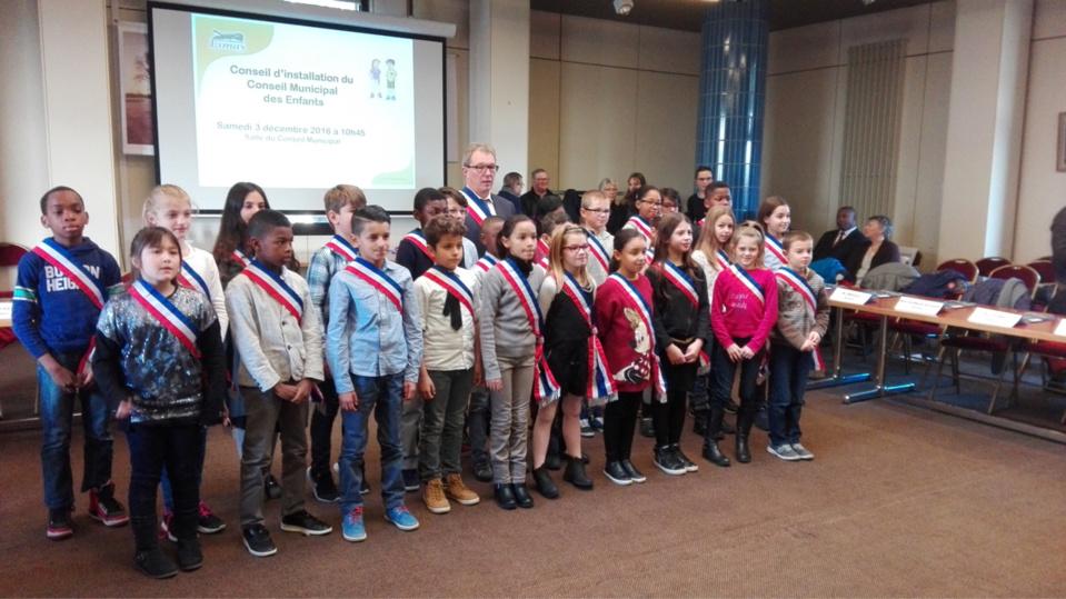 En présence du maire, Eric Roulot, les vingt-huit jeunes élus, garçons et filles, ont été intronisés officiellement dans leurs fonctions ce samedi dans la salle du conseil municipal (Photo©DR)