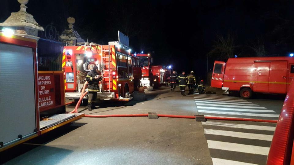 De gros moyens de lutte contre l'incendie ont été déployés sur les lieux, hier soir. Une cinquantaine de sapeurs-pompiers sont intervenus (Photo ©DR/infonormandie)