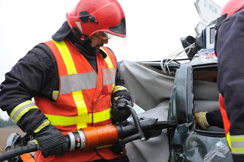 Les sapeurs-pompiers ont dû découper le pavillon du véhicule pour extraire la conductrice de 73 ans (Illustration)