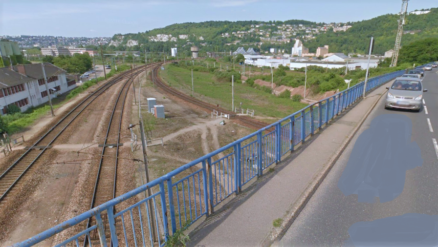 Le corps sans vie du quinquagénaire a été découvert en bordure de la voie ferrée à proximité du pont du Val d'Eauplet, à Sotteville-lès-Rouen (illustration©Google Maps)