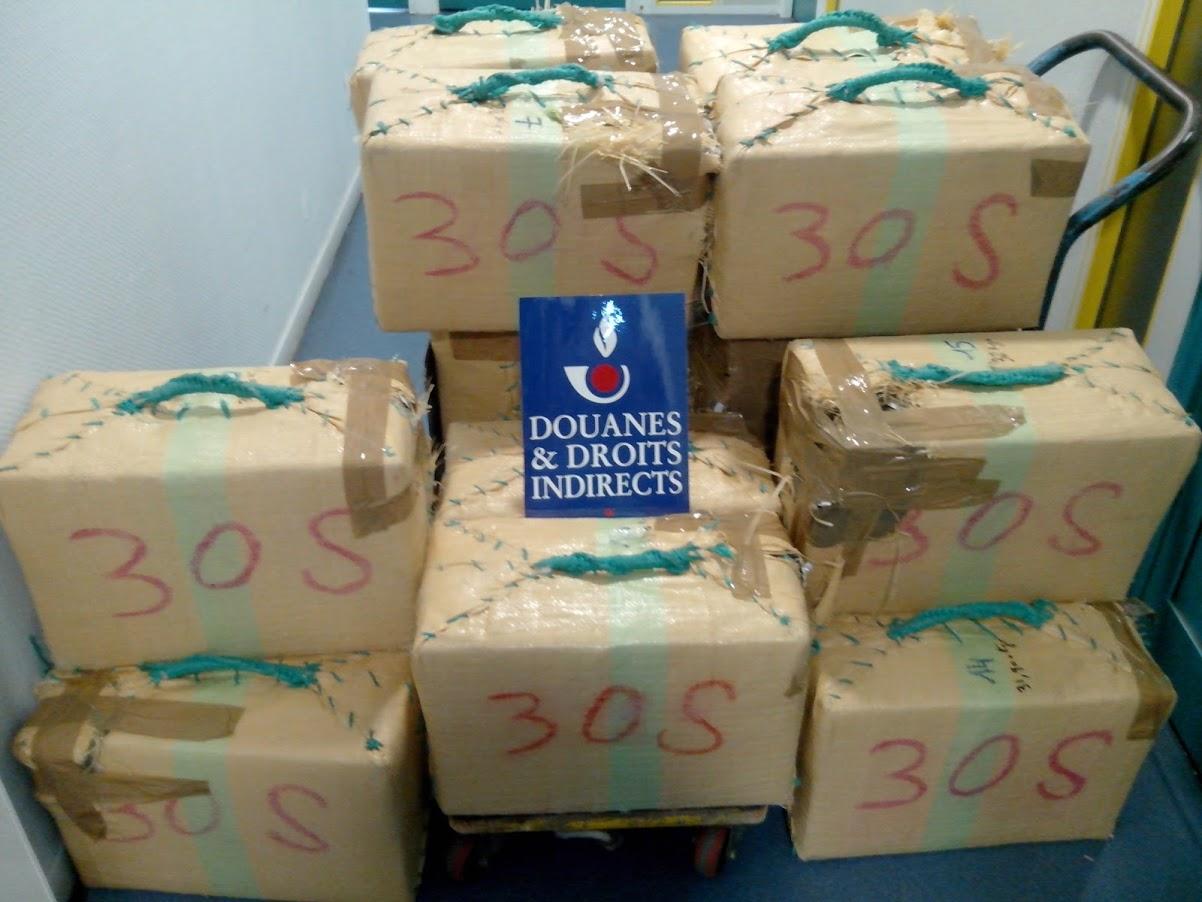 Dans le coffre latéral, les douaniers ont découvert 15 « valises marocaines » en toile de jute, contenant un total de 479 kg de résine de cannabis. (Photo ©Douanes)