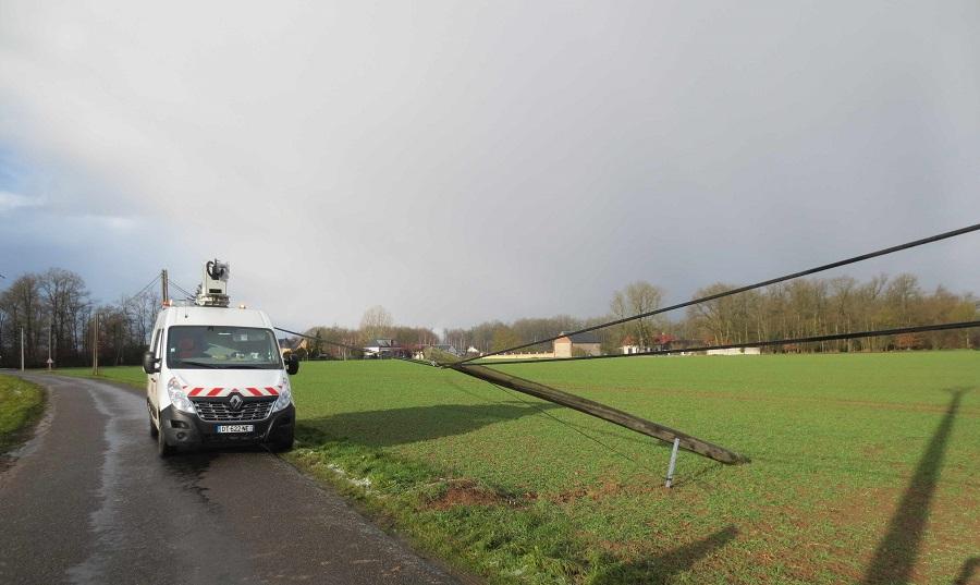Les équipes techniques d'Orange sont mobilisées sur le terrain afin d'évaluer les dégâts (poteaux cassés, câbles arrachés…) (Photo ©Orange)
