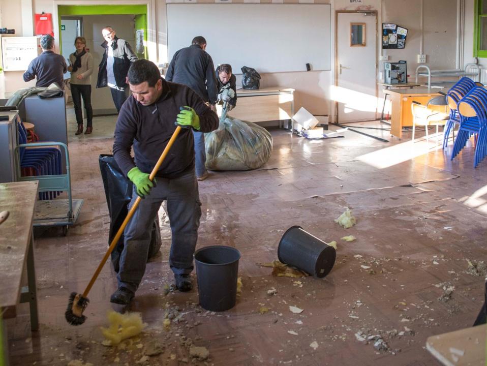 Des milliers de litres d'eau ont notamment gorgé la laine de verre et les faux-plafonds des combles gagnant les deux étages du collège en ruisselant notamment par les murs (Photo©C.D)