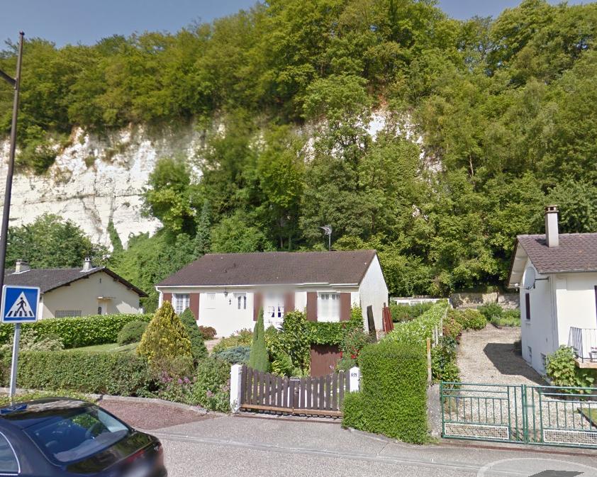 500 m3 de roches s'est effondré à proximité des maisons en contrebas de la falaise. Aucune n'a été endommagée par chance (Illustration©Google Maps)