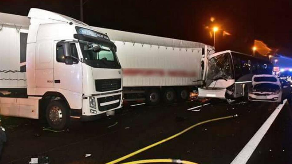 Une faute de conduite est à l'origine du carambolage qui a impliqué quatre voitures, deux bus et un semi-remorque (Photo©Sdis78)