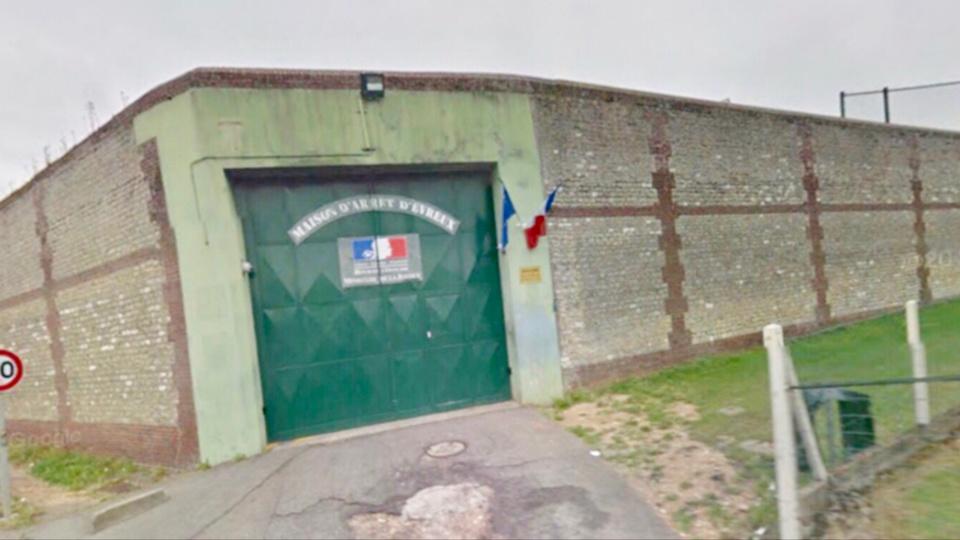 Évreux : deux hommes surpris en train de parachuter des chaussettes de viande dans la cour de la prison