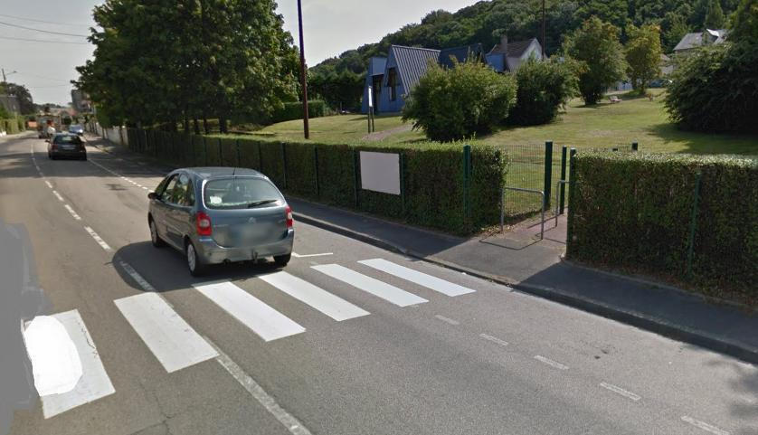 L'accident est survenu sur ce passage protégé alors que le petit garçon sortait du parc de jeux (Illustration©Google Maps)