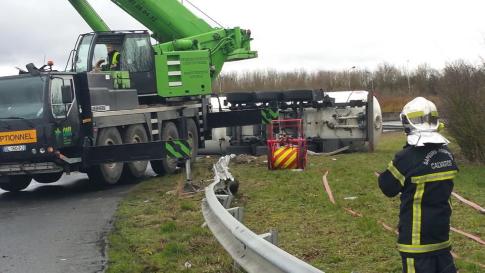 Le relevage du camion-citerne, sous haute protection des pompiers, nécessite d'imposantes grues. L'opération s'avère délicate (Photo SDIS14/Twitter)