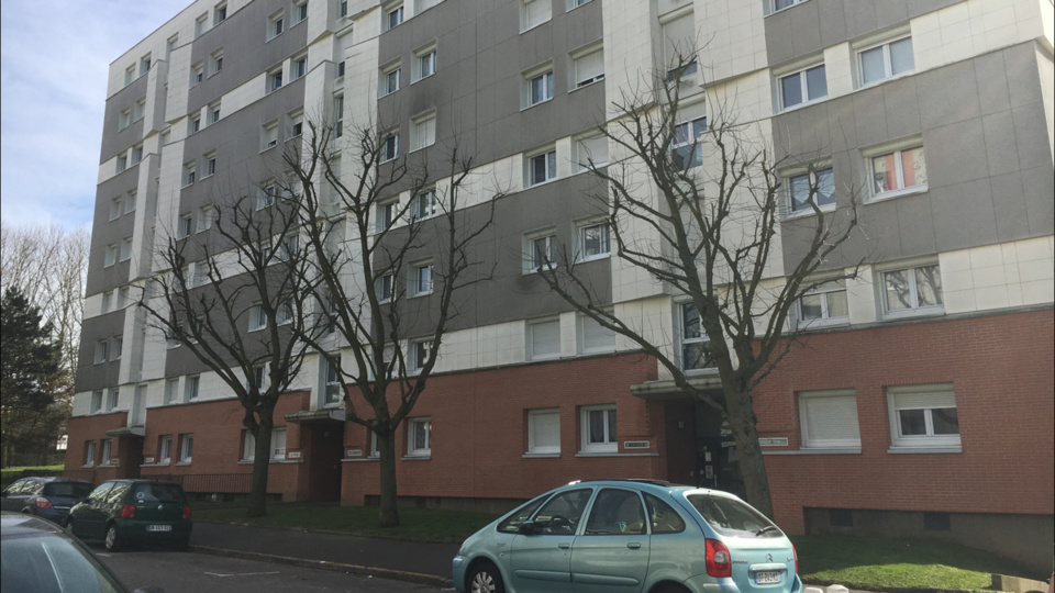 L'immeuble où habitait la jeune fille dans le quartier des Provinces  (Illustration)