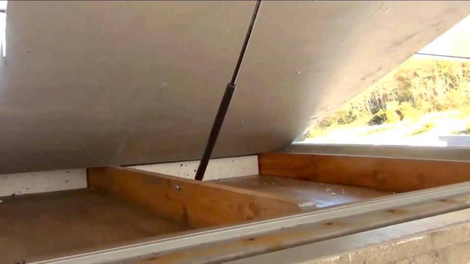 Les paquets de cocaïne étaient dissimulés dans un faux toit spécialement aménagé (photo douanes)
