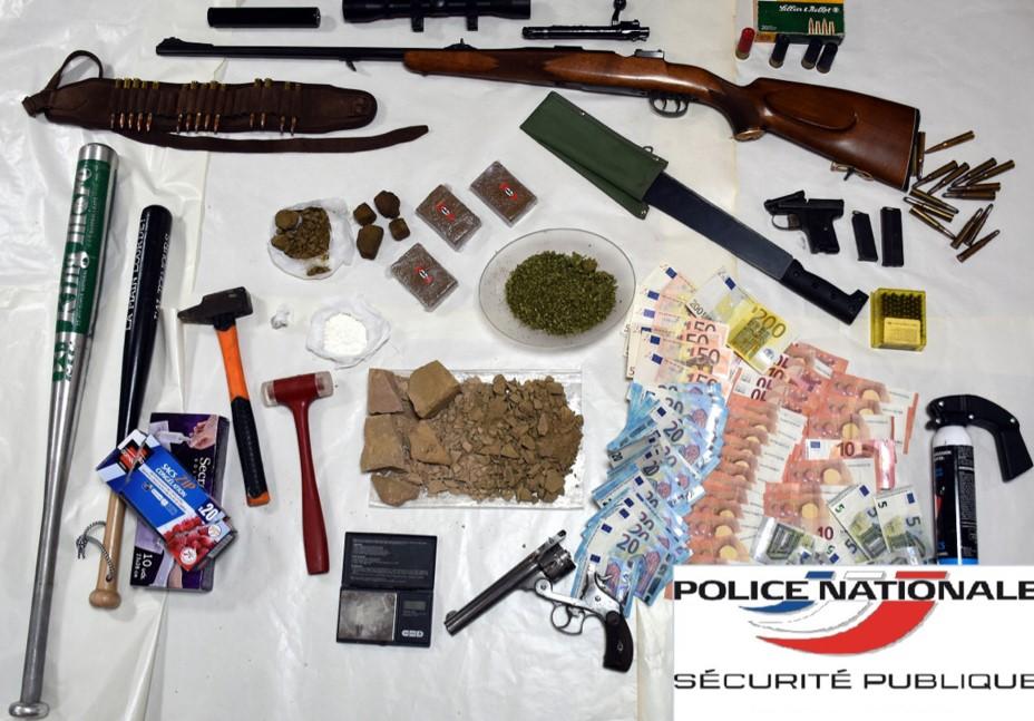 Des stupéfiants, de l'argent en petites coupures, des armes ont été découverts dans la voiture du trafiquant transformée en laboratoire ambulant (Photo©DDSP76)