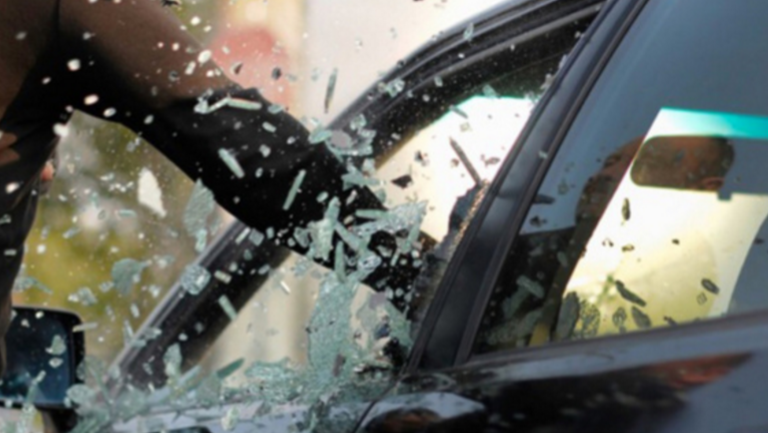 Les voleurs n'hésitent pas parfois à briser une vitre pour s'introduire dans le véhicule (Illustration©DR)