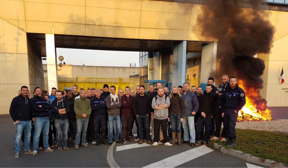 Les manifestants ont fait un feu de palettes et de vieux pneus devant les portes du centre de détention (Photo © DR)