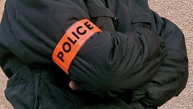 Les trois inconnus portaient chacun un brassard police (Illustration)