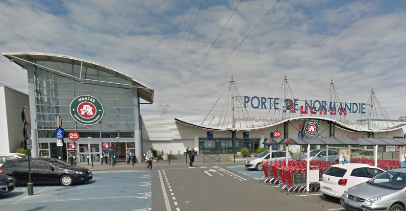 L'adolescente faisait des courses avec sa grand-mère dans l'hypermarché de Buchelay (Illustration © Google Maps)