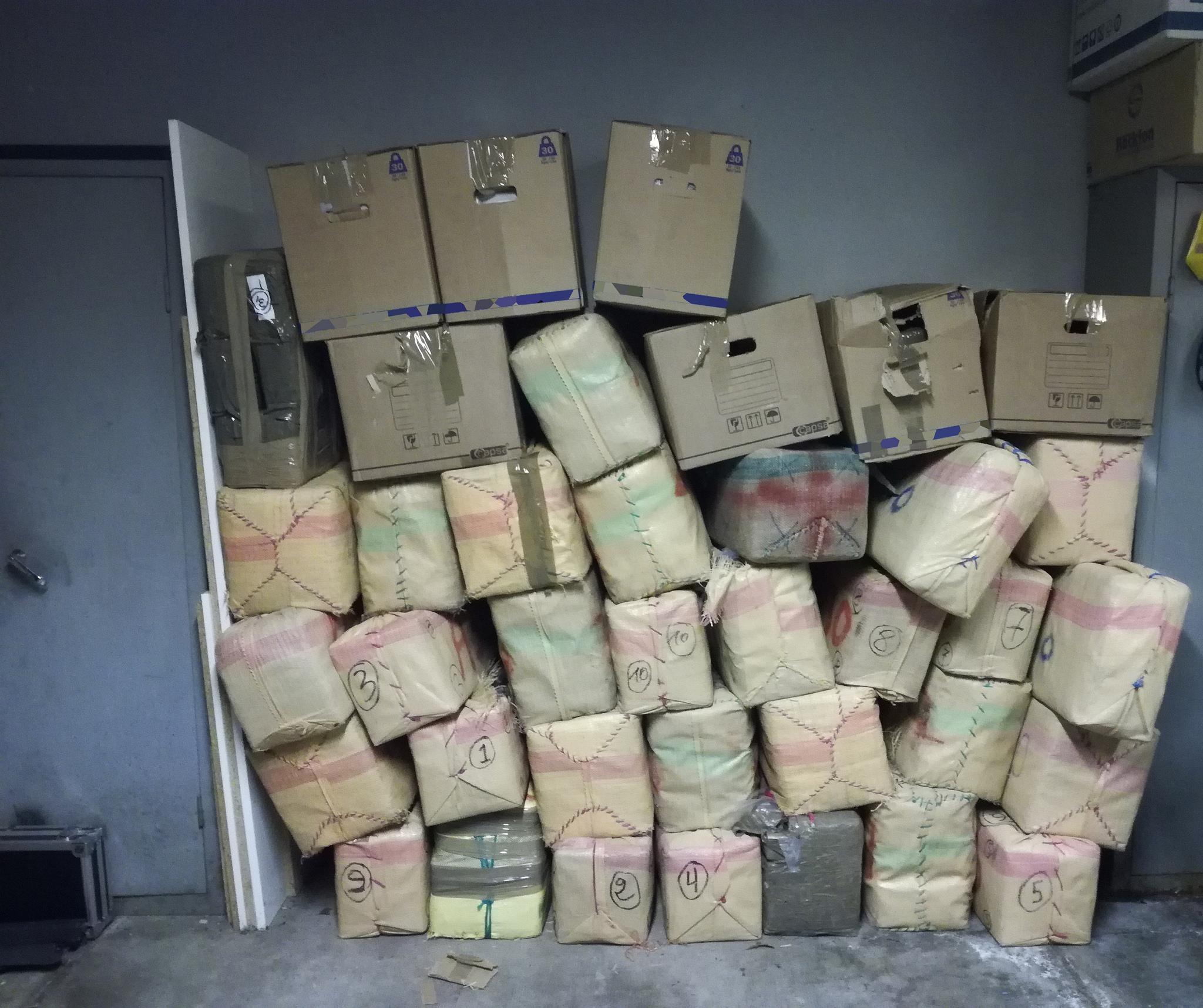 38 cartons renfermant 1 164 kg de résine et 14 kg d'herbe de cannabis étaient dissimulés parmi les céréales (Photo © Douane française)