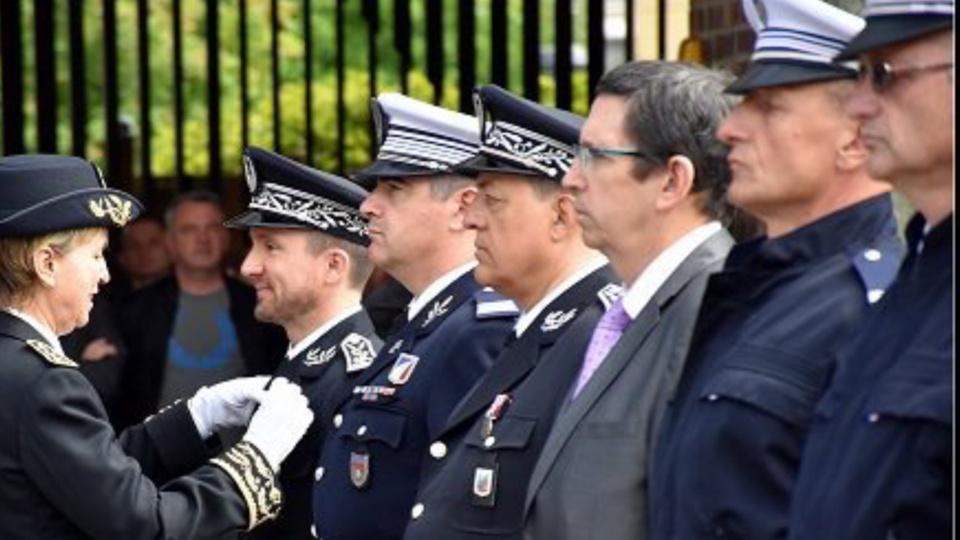 La préfète Fabienne Buccio a remis des médailles à 21 fonctionnaires de police (Photo © DDSP76)
