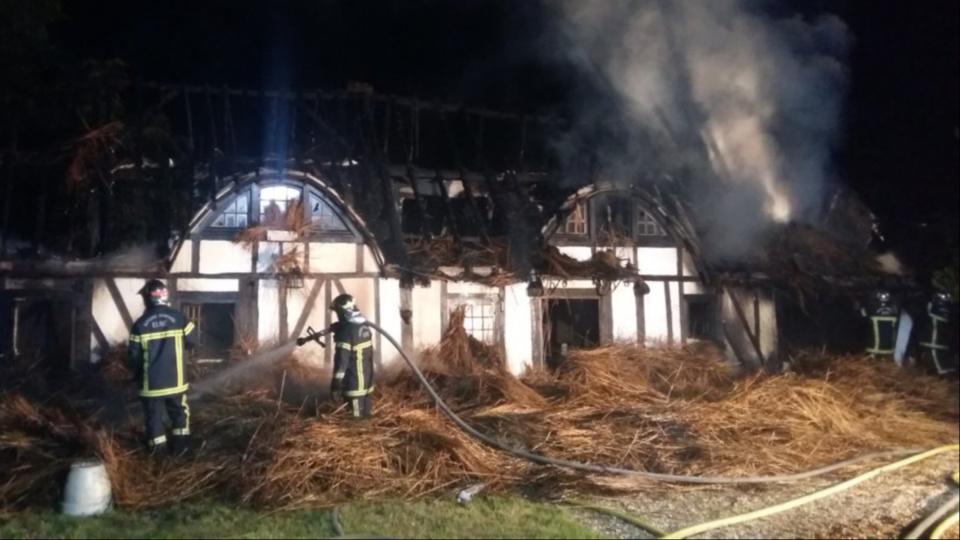 Une cinquantaine de pompiers ont lutté durant plusieurs heures contre l'incendie (photo @ D.R.)