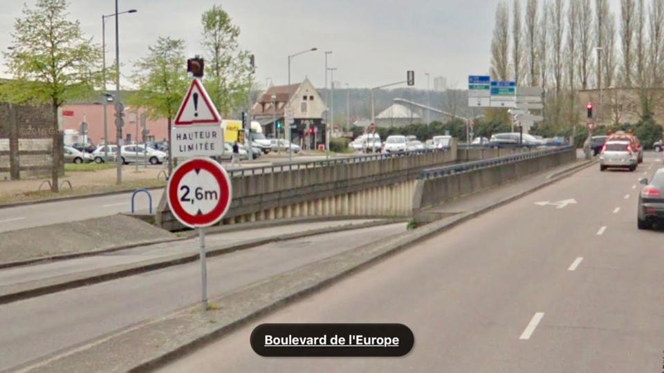 A Rouen, le van accroche le haut de la trémie : dans l'accident, le cheval qu'il transportait grièvement blessé