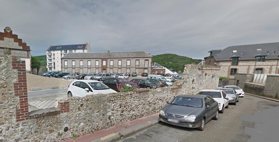 La violente agression s'est déroulée sur ce parking, près de l'instituit de formation en soins infirmiers, rue des Galeries (Illustration © Google Maps)