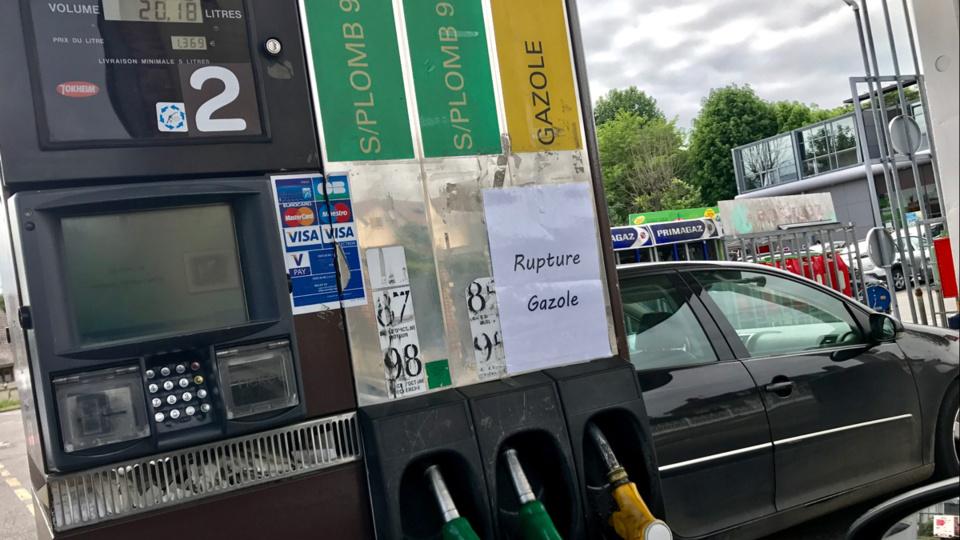 Hier mardi, la plupart des stations-service de Pacy-sur-Eure étaient en rupture de gasoil  et des files d'attente étaient observée (Photo © infoNormandie)