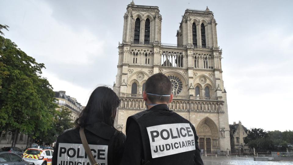Les policiers patrouillaient sur le parvis de Notre-Dame au moment de l'attaque (Photo @ Ministère de l'Interieur/Twitter)