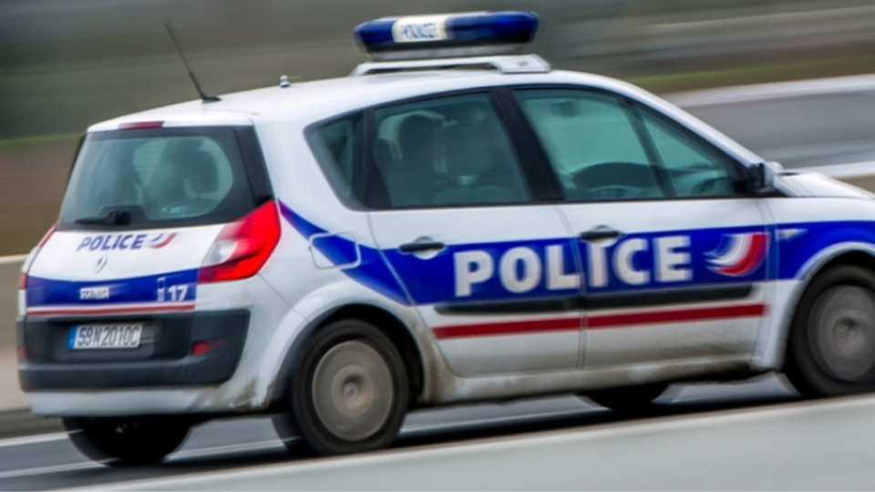 Le jeune homme a foncé sur la voiture de police et a réussi à s'échapper  (Illustration)